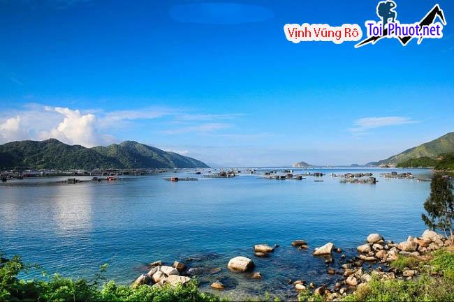 Vịnh Vũng Rô nước biển trong xanh, êm đềm